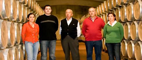 Antonio Navajas und seine Familie im Weinkeller