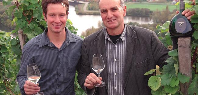 Rainer und Daniel Sauer in ihren Weinbergen